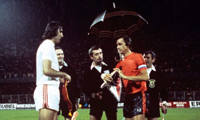 Referee-Clive-Thomas-Cruyff