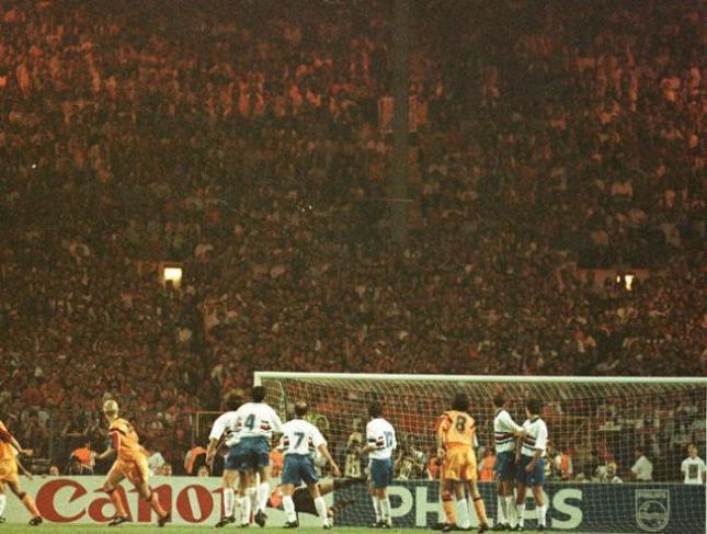 koeman-marca-el-gol-del-triunfo-frente-a-la-sampdoria-en-wembley-el-20-de-mayo-de-1992
